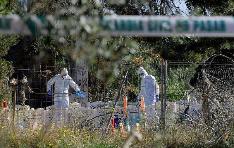 Agentes trabajan en el terreno de Godella donde fueron hallados enterrados dos menores supuestamente asesinados por su madre.  EFE/Archivo